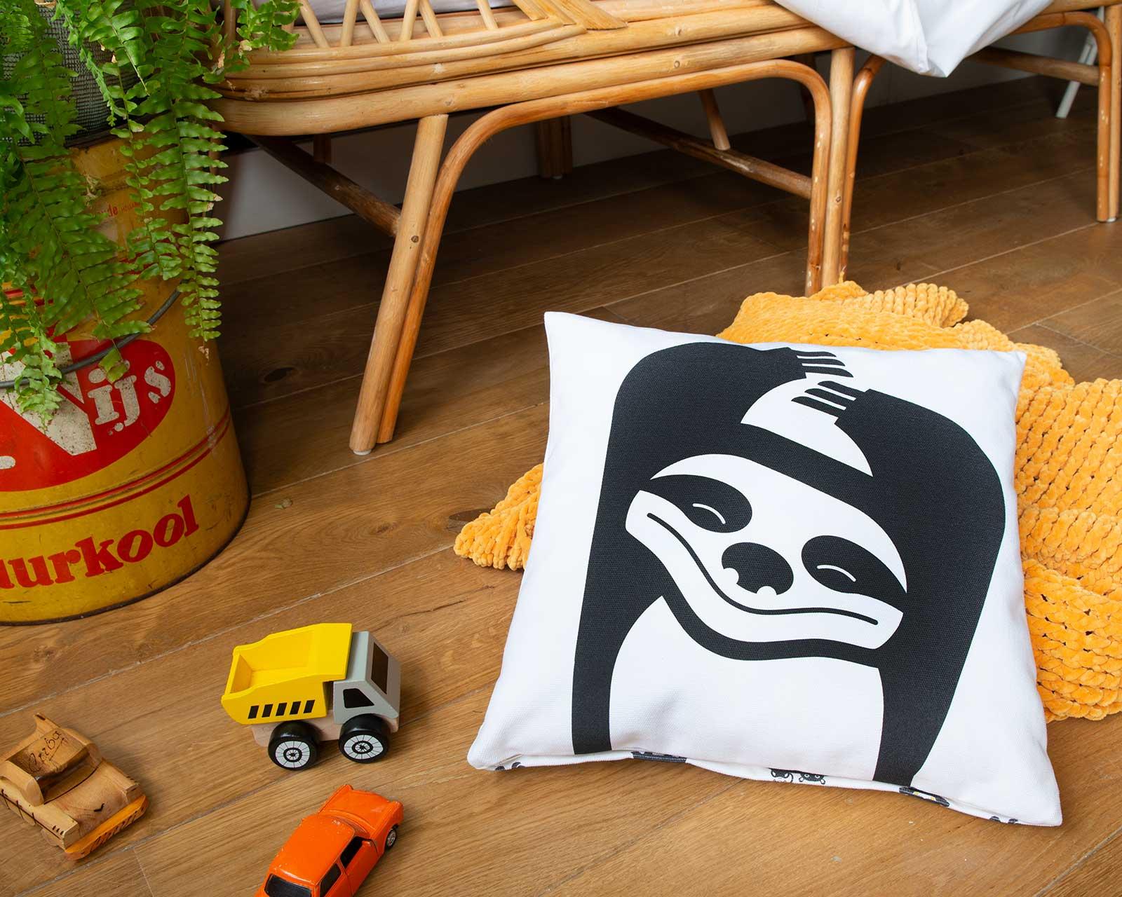 Kussenhoes kinderkamer zwart-wit print aapje Pie Slothy 40x40 cm