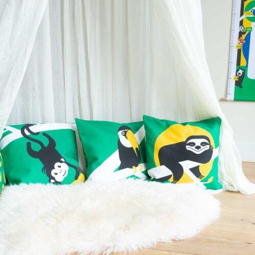 Kinderkamerdecoratie cadeaupakket kussens groen luiaard toekan aap
