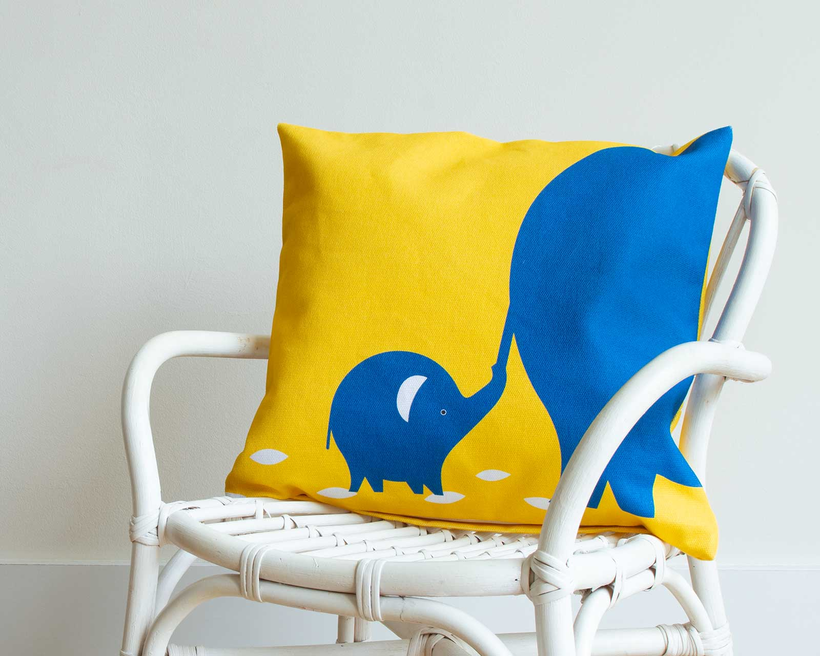 Never let go Kussenhoes kinderkamer blauw geel Olifant Pie 40x40 cm stoel